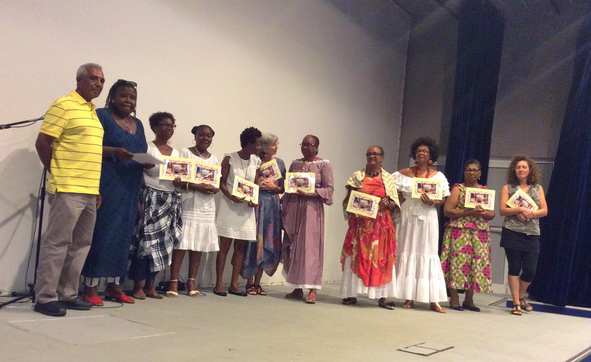 Remise de diplômes - Elèves de l'atelier créole accompagnés de leur professeur M. Lucien Gayadine