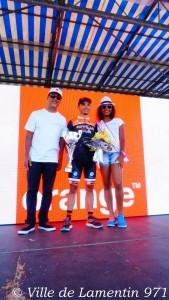Le maire, Jocelyn SAPOTILLE, en compagnie de miss Lamentin, et du vainqueur de l'étape