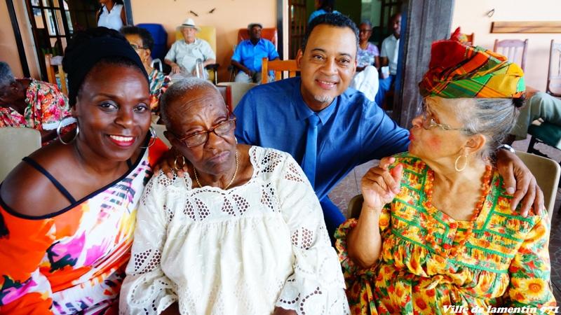 Mr le Maire en compagnie  des pensionnaires de l'EHPAD.