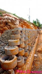 Réalisation d'un mur de soutènement route de Vincent, suite au cyclone Maria. Travaux réalisés par le Département Guadeloupe. Année 2017