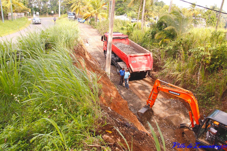 Consolisation de la chaussée à la Croix de Lamentin. Travaux réalisés par le Département Guadeloupe. Novembre 2018